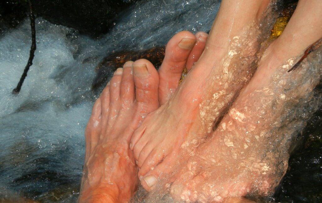 足の爪が臭い理由とは?